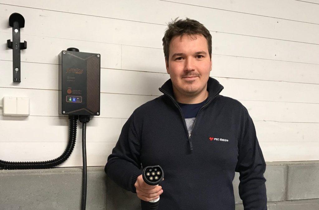 Elektriker med ladestasjon fra Juicebox Pec