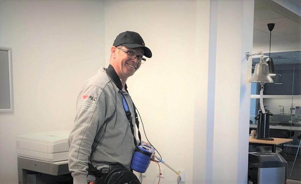 Glad elektriker fra PEC på el-sjekk